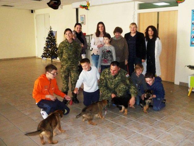 """Djelatnici Obučnog centra vodiča i službenih pasa posjetili Udrugu """"ADHD I JA"""" u Dugom Selu"""