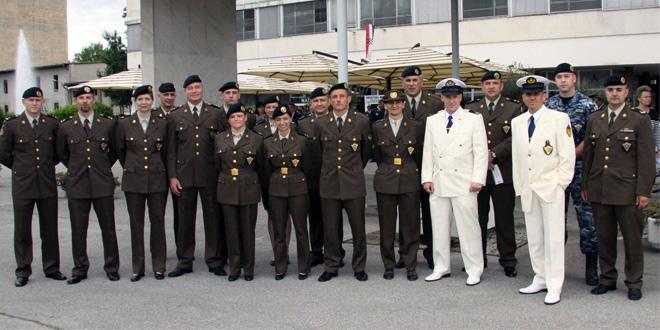 Pravilnik o vojnim odorama , vojne oznake i značke OSRH